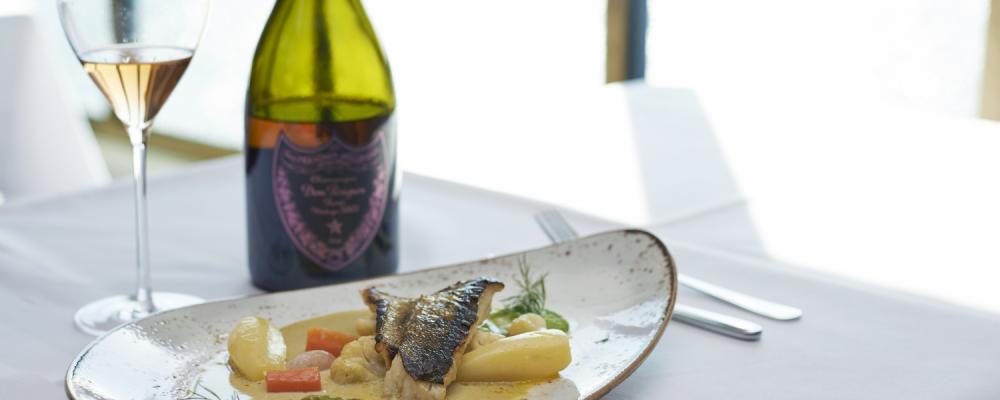 ferryexperts_banner_vikingline_restaurant_teller_champagner